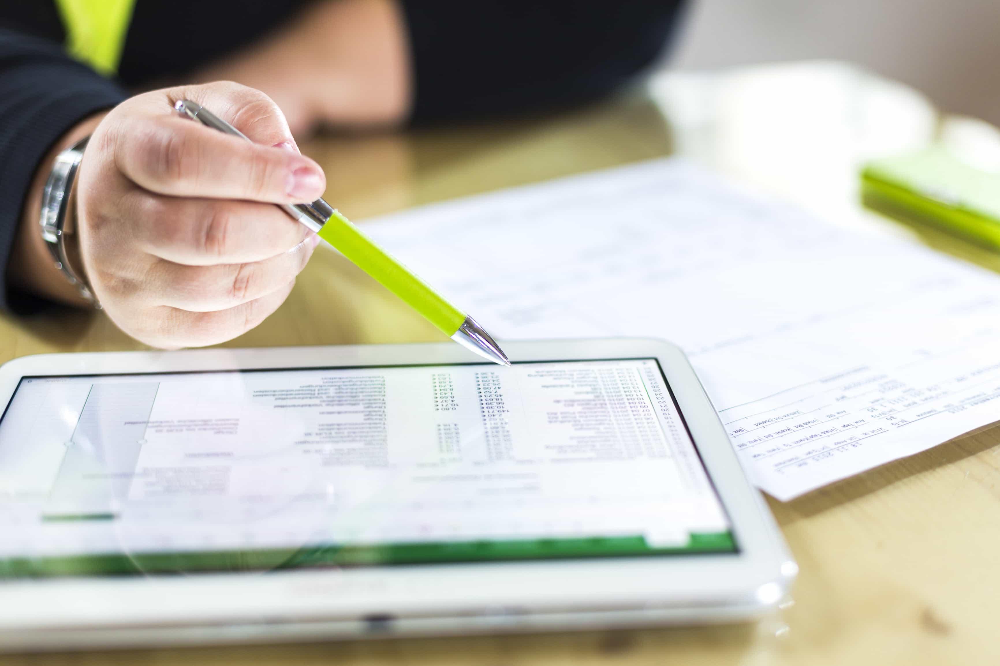Buchhaltung am Tablet-Computer, Detailaufnahme