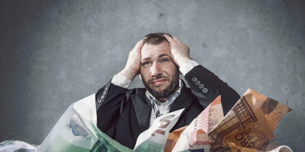 Mann versinkt in Schulden